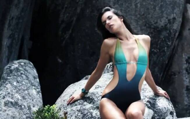 Alessandra Ambrósio em editorial sensual na praia