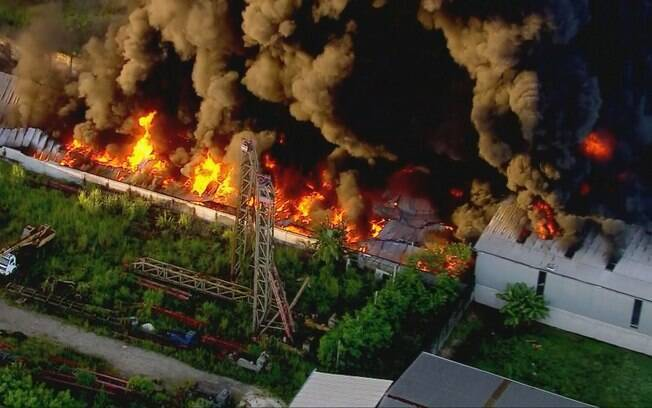 Fumaça do incêndio em Duque de Caxias pode ser vista até mesmo da capital, Rio de Janeiro