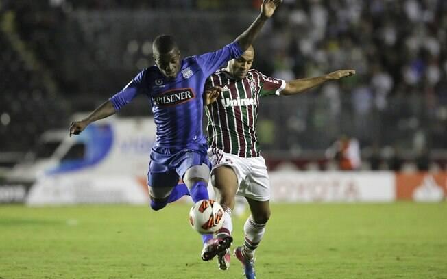 Carlinhos disputa a bola com Valencia