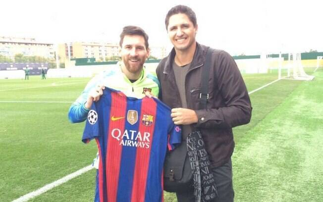 Edmílson com Messi em sua visita ao Barcelona