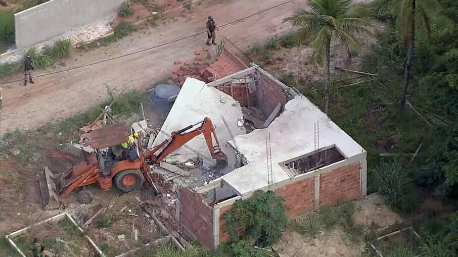 Prefeitura do RJ derruba construções irregulares