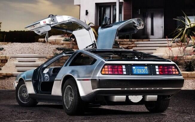 Na traseira, uma das diferenças fica por conta da inscrição DeLorean em alto relevo no para-choque, sem pintura prateada.