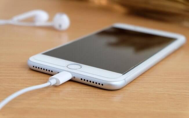 iPhone 7 Plus tem bateria com potência de 2.900 mAh; manter bateria de celular nos limites reduz a vida útil do acessório