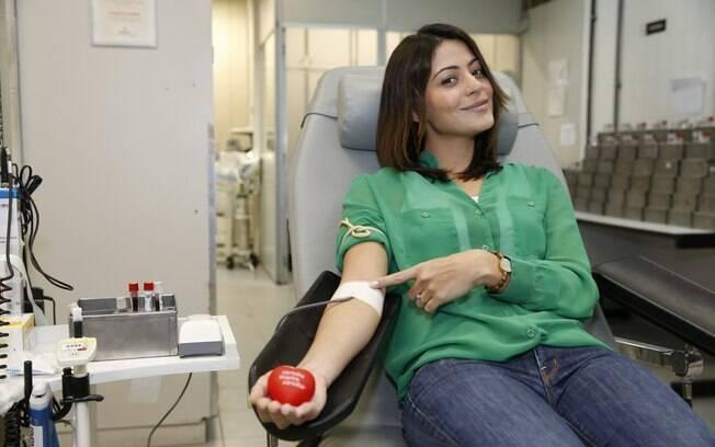 Carol Castro participa de campanha de doação de sangue