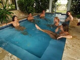 Hóspedes em piscina do Caliente