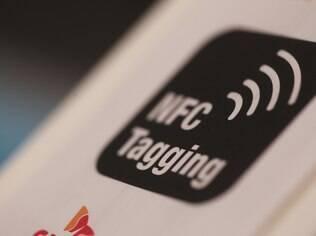 Placas como essa indicam a presença de terminais NFC em lojas da Europa