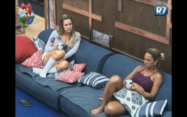 Joana e Valesca conversam na sala enquanto não recebem a ordem para dar início às atividades