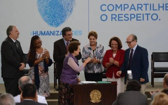 Segundo Dilma, sob o anonimato, alguns usuários se sentem à vontade para expressar todo tipo de agressão e difusão de mentiras ferindo a honra e a dignidade dos outros