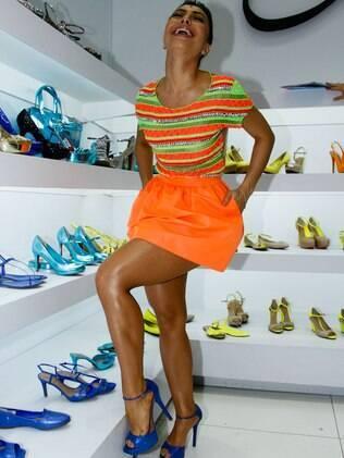 Sabrina Sato se diverte com os elogios que recebe dos fãs no estande da Lilly's Closet, na Francal, em São Paulo