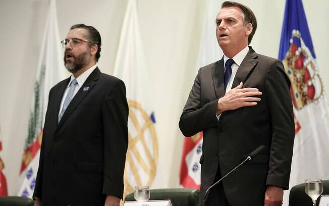 Ernesto Araújo, chefe do Itamaraty, ao lado de Jair Bolsonaro