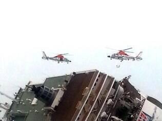 Dezenas de barcos, helicópteros e mergulhadores estão tentando resgatar mais de 470 pessoas, incluindo 325 alunos de ensino médio, de um navio que naufragou na Coreia do Sul