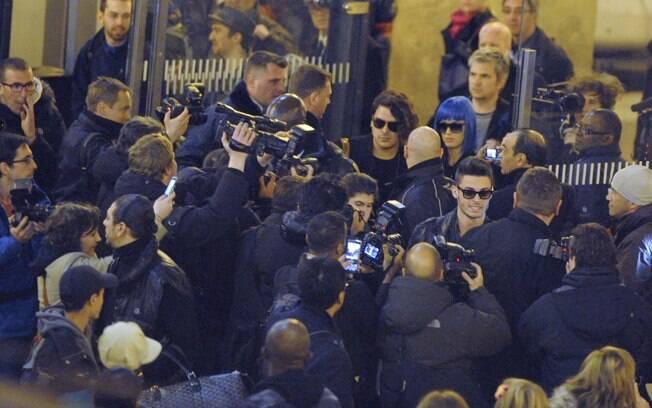 Kate Perry e o modelo Baptiste Giabiconi causam furor ao chegar em Paris