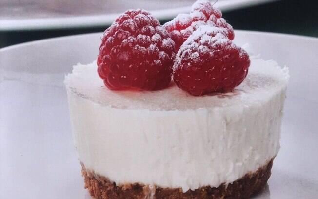Cheesecake de chocolate combina também com frutas. A sugestão é decorar essa versão branca com framboesa