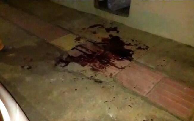 Calçada em frente à casa onde a grávida agrediu o marido