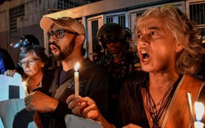 Manifestantes protestam em Caracas nessa segunda (8)%2C em frente ao Subin%2C onde o opositor venezuelano morreu.