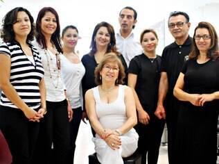 No salão na rua Augusta, em São Paulo, Nilta posa com parte da equipe de 48 pessoas