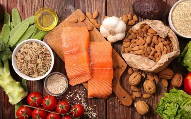 Frutas, vegetais, nozes/sementes, grãos, gorduras poli-insaturadas e peixes são os alimentos que estão liberados