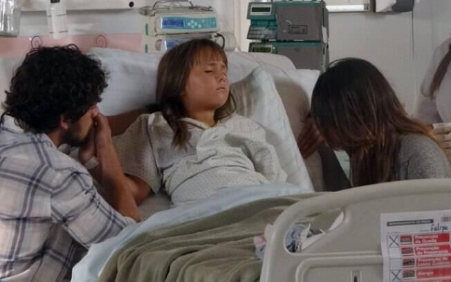 A menina toma um remédio para dormir e, nervosos, seus pais tentam conter a emoção