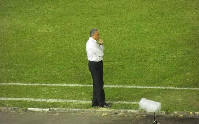 Tite, à beira do campo em Ibagué, onde o  Corinthians perdeu por 2 a 0 e foi o primeiro time  brasileiro eliminado antes da fase de grupos