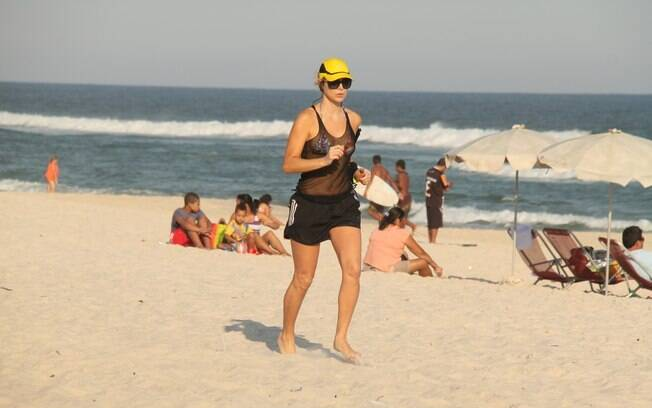 Christine Fernandes mantém a boa forma na praia