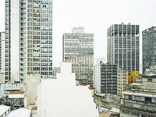 Vazio. As 21 imagens do fotolivro têm como objeto os rastros de transformação presentes na cidade
