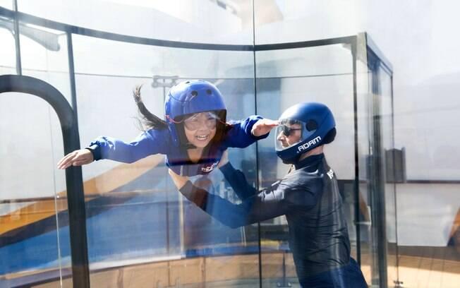 Nos cruzeiros da Royal Caribbean, o viajante pode viver a experiência de paraquedismo em um simulador