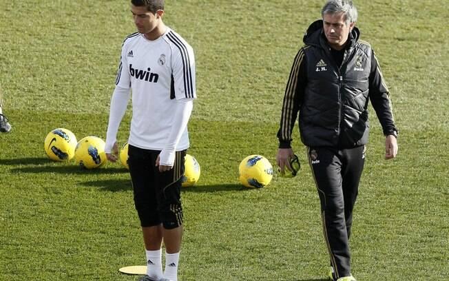 Cristiano Ronaldo conversa com o técnico José  Mourinho no gramado do estádio do CT