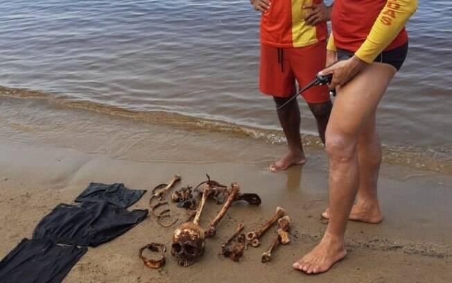 Os ossos foram encontrados junto com roupas.