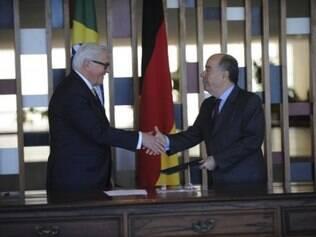 Os ministros dos Negócios Estrangeiros da Alemanha, Frank-Walter Steinmeier, e das Relações Exteriores do Brasil, Mauro Vieira, durante assinatura de atos, no Palácio Itamaraty