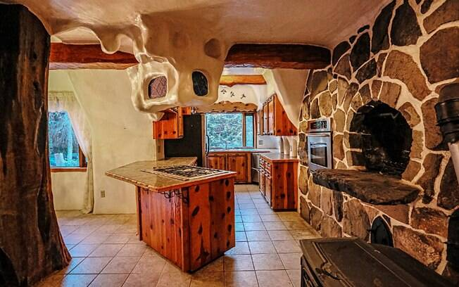 Todo o trabalho de madeira existente dentro da casa é entalhado à mão, trazendo um ar rústico ao chalé
