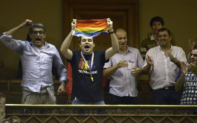 Cidadãos comemoram legalização do casamento gay no Uruguai