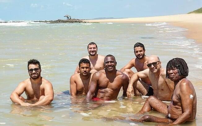 Milton Nascimento com o filho e integrantes da banda em clique raro na praia