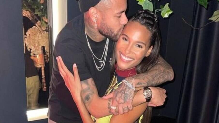 Neymar vai a aniversário de modelo francesa apontada como affair