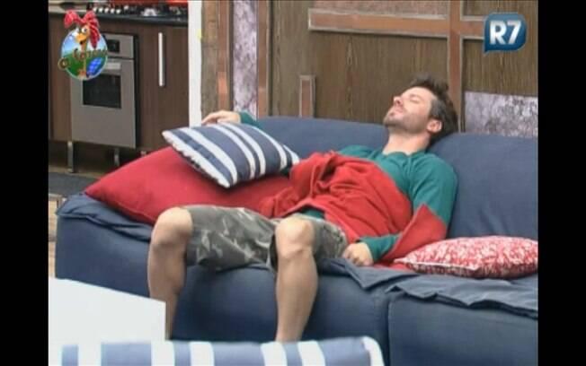 Marlon reclama de noite mal dormida no sofá da sede