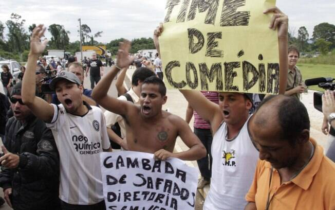 Na volta ao Brasil, Tite foi criticado por  torcedores, que queriam sua saída