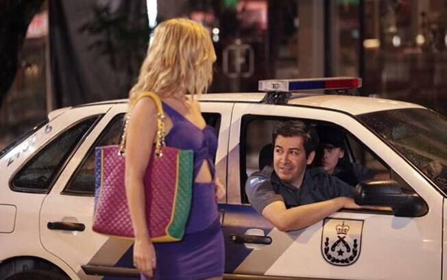 A piriguete joga charme para a viatura de polícia que passa no local
