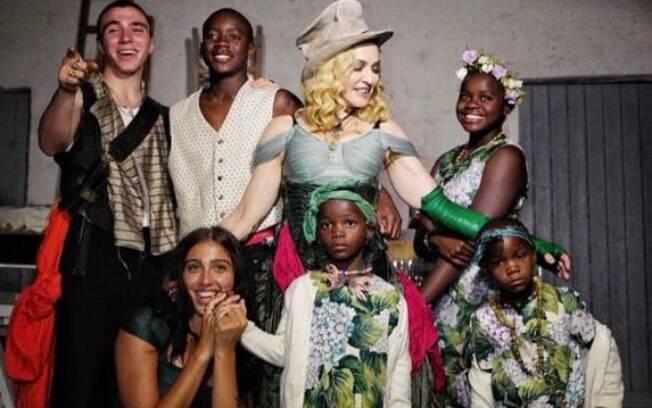 famosos que adotam e motivo. Tem Madonna, Ricky Martin, Alessandra Leal, Glória Maria, Leão Lobo e muito mais!