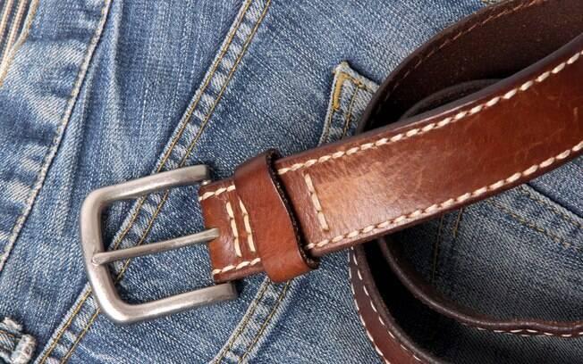 Para que comprar algemas ou chicotes e mantê-los escondidos se cintos, lenços e gravatas também cumprem a função?