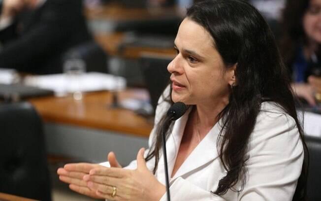 A deputada Janaina Paschoal (PSL-SP) defende o projeto de lei com o argumento de que garantirá a autonomia da mulher