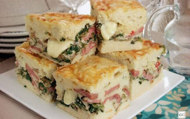 Torta de calabresa com escarola e queijo