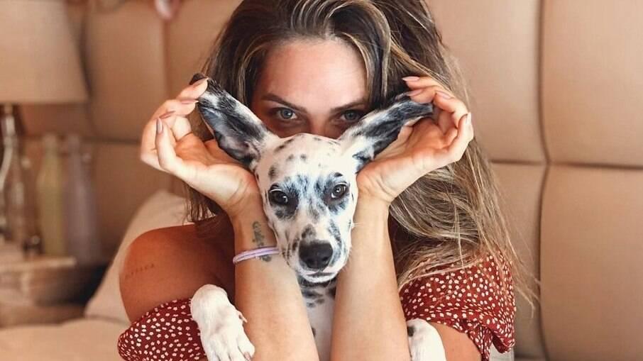 Giovanna Ewbank encanta fãs com foto ao lado de sua nova pet, Santinha