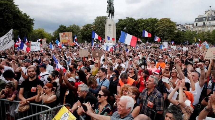 Protesto contra medidas de controle à Covid-19 tem confronto em Paris