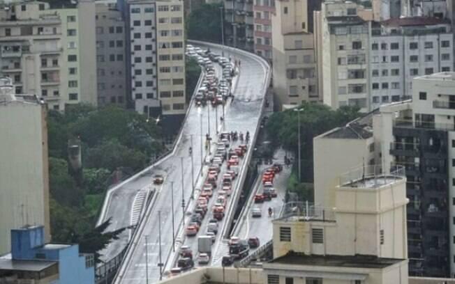 Carros ficaram ilhados em cima do Minhocão, no centro de São Paulo.