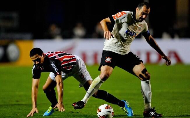 Danilo leva a melhor sobre Ganso e domina a  bola pelo Corinthians