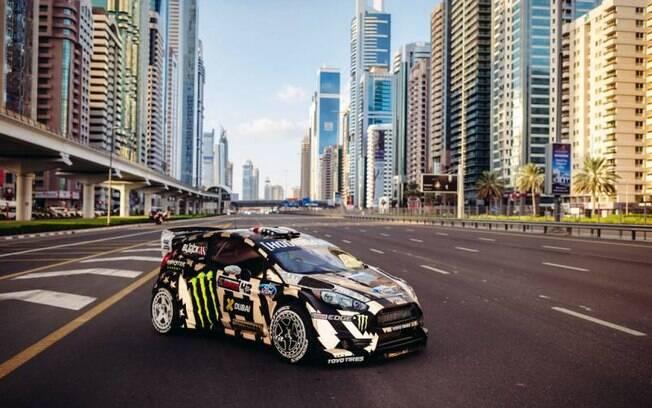 Ford Fiesta de rali, do piloto Ken Block, em uma das avenidas de Dubai