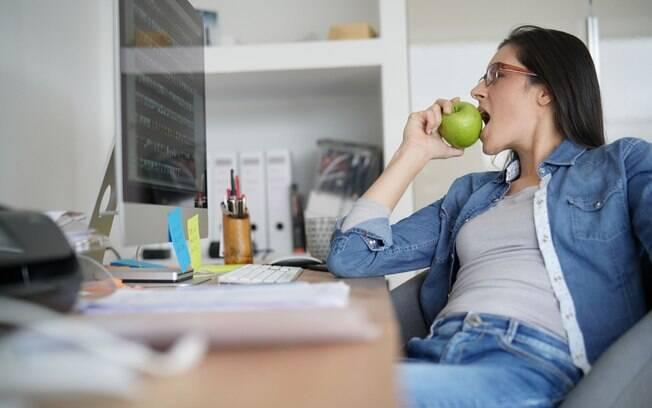 Lanche da tarde pode ser um fruta e uma oleaginosa, mas também existem diferentes opções para matar a fome