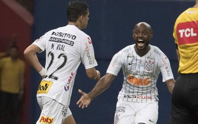 Vagner Love comemora com Mateus Vital o gol do Corinthians