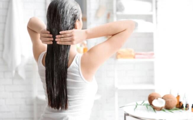 É possível deixar os cabelos hidratados e cuidar dos fios usando receitas práticas e ingredientes que você tem em casa