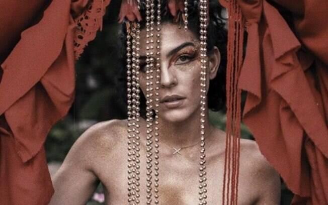 Com seios à mostra, atriz Julia Konrad protesta na web sobre o Dia Internacional da Mulher: