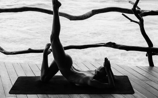 Famosos como Isis Valverde seguem o intagram Nude Yoga Girl